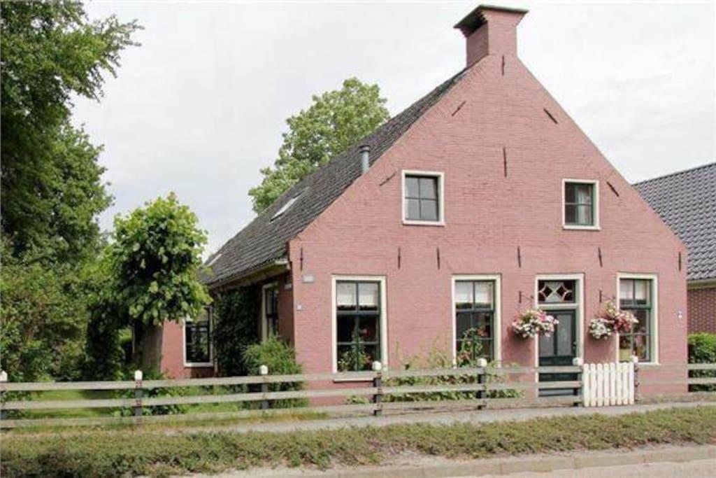 De slaap/zit kamer, achter de ramen op de eerste verdieping. De tweede slaapkamer zit aan de zijkant van het huis rechts op de eerste verdieping