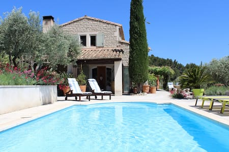 In the heart of Les BAUX , calm and confort.