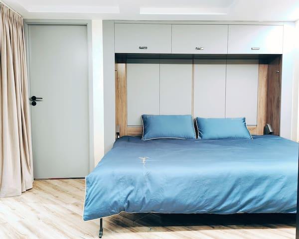最有特色的第三个卧室,需要它的时候是标准的双人床,不使用时候也可以消失不见,成为独立书房