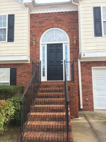 Comfy Bed & living room in a quiet neighborhood. - Lawrenceville