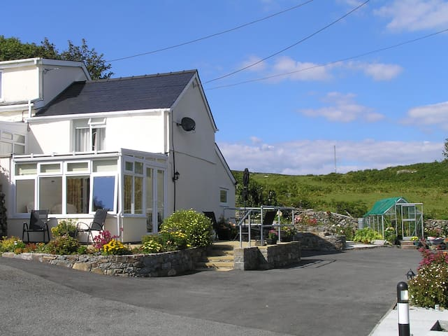 Snowdonia Cottage peaceful with great views