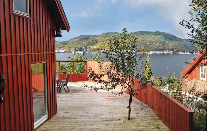 Nice home in Lyngdal with Sauna and 6 Bedrooms