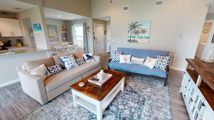 Newly Remodeled, 2nd Floor Condo, Right next to the Marina & Ferry