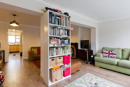 Comfy family home close to London - Rumah