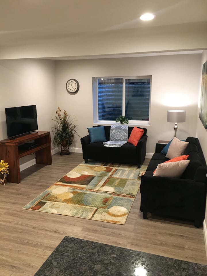 Beautiful New 2 Bedroom - Business travel ready!
