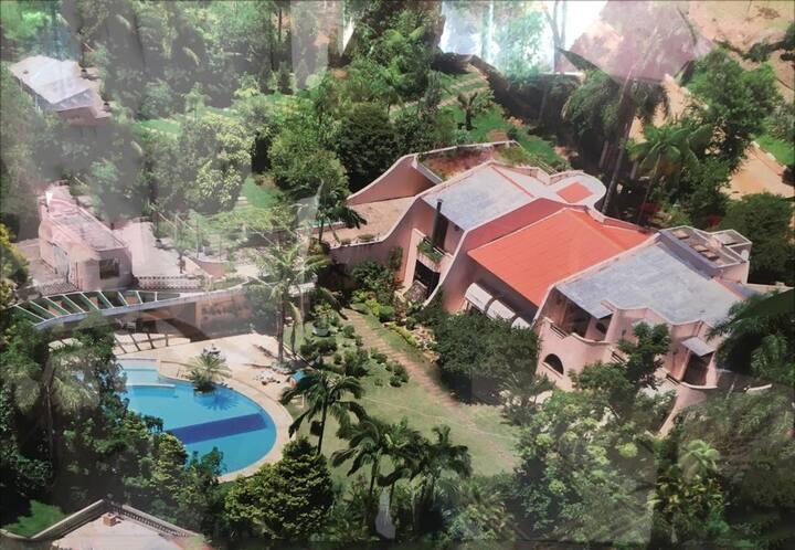 Linda mansão com uma enorme piscina na natureza