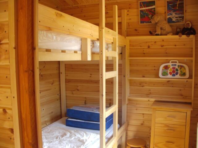De tweede slaapkamer met stapelbed