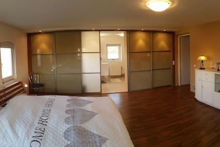 Beautiful Room w/ Private Bathroom - Platerowka - 단독주택