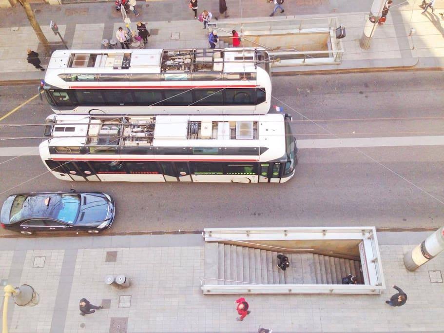 Le métro est au pied de l'immeuble.