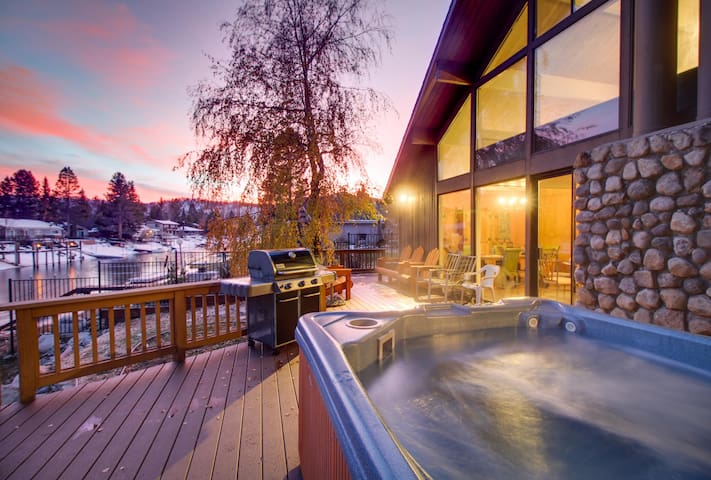Lakefront retreat with private hot tub, shared pool & other amenities