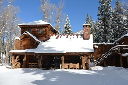 Romantic cabin in the woods with all the modern amenities and Private outdoor hot tub! - Aspen