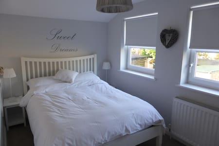 Lovely Room - Englefield Green - Mon-Fri