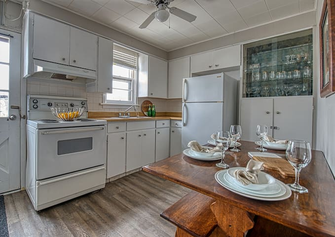 Charming Clifton Hill Location-Walk to Everything!