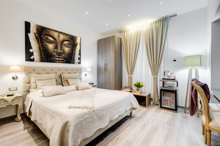 Elegant Double Room in Rome
