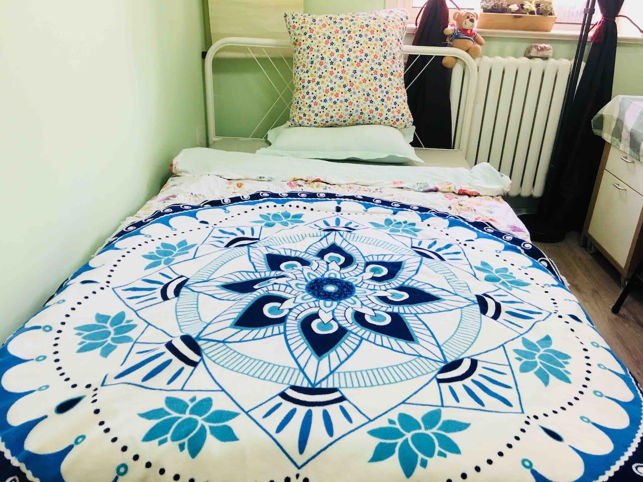 两居室的次卧,选用宜家的单人床具,1.25*2米的床架和床垫。全棉的床品。
