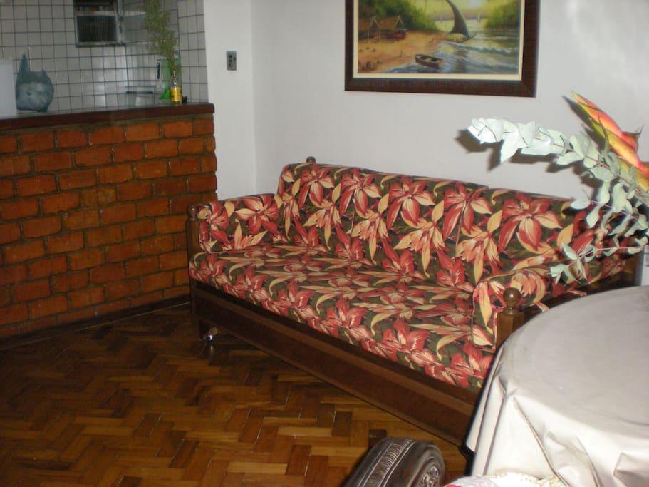 Sala com um sofa cama para duas pessoas
