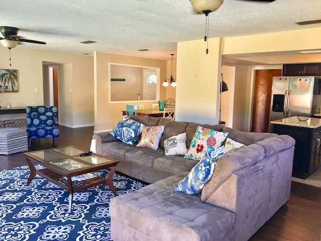 Private 4 BR Home w/Yard- One Blk to Beach!