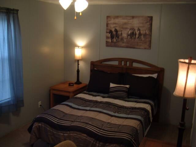 Bedroom w/ full bed