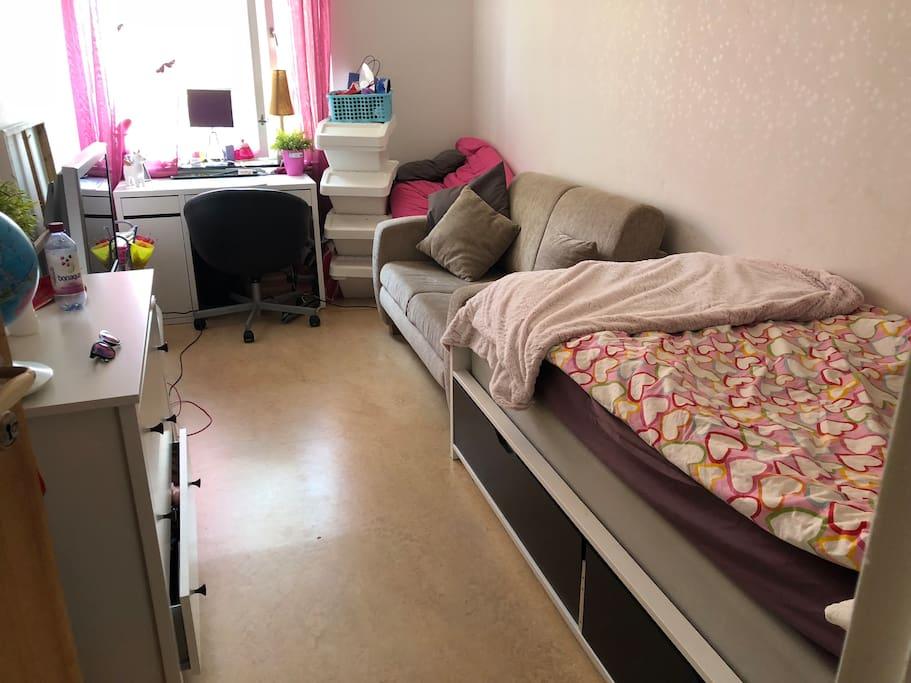 1a sovrummet, med en säng och liten bäddsoffa.