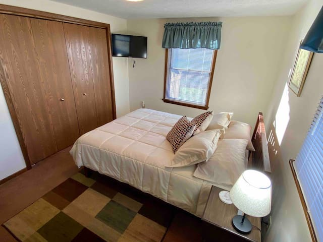 Queen bed with flat screen TV/built in USB charger in the night stand