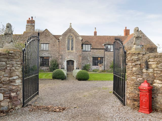 The Old Manor (UKC927)