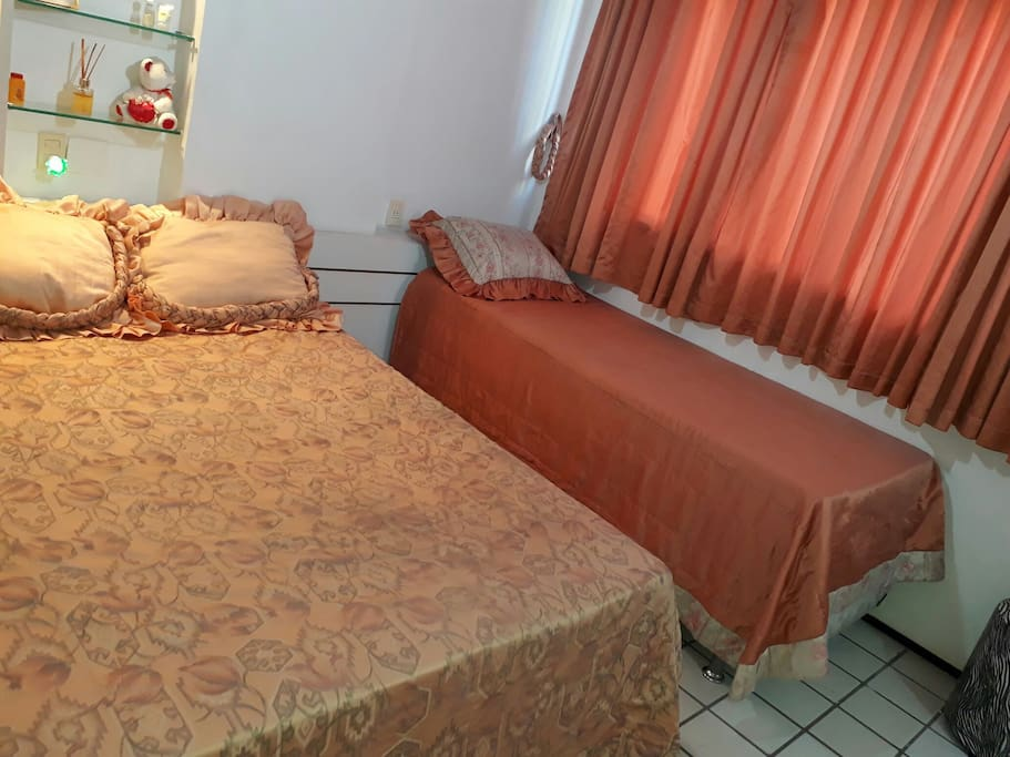 SUÍTE com duas camas uma casal , uma solteiro. Suite with two beds.