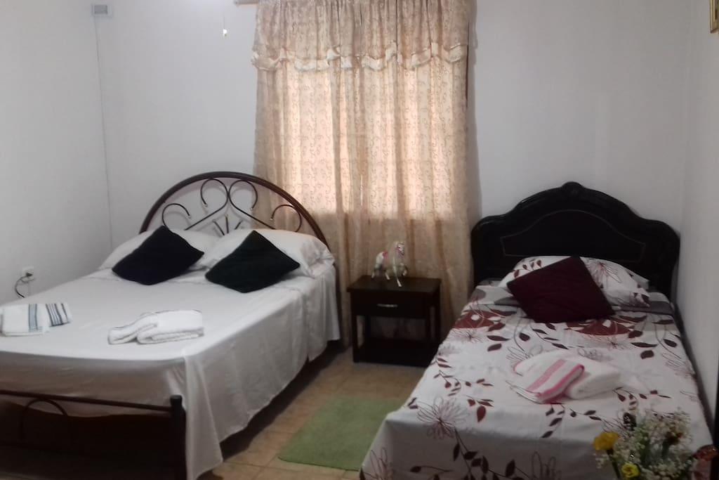 Cama doble y cama sencilla. 2do piso. Podemos distribuir las camas dentro de nuestras posibilidades. Haremos todo lo posible por cubrir tus necesidades y expectativas.