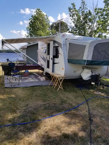 17.5 camper on beautiful Kenogami Lake. Sleeps 4