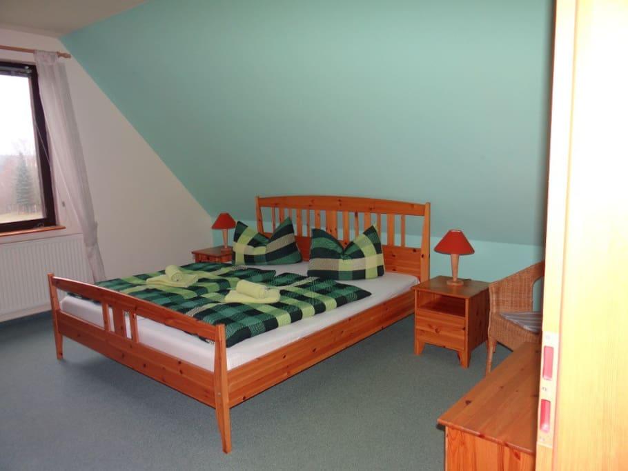 Schlafzimmer mit Blick auf den Freilauf (Rot-, Dam-, & Muffelwild)