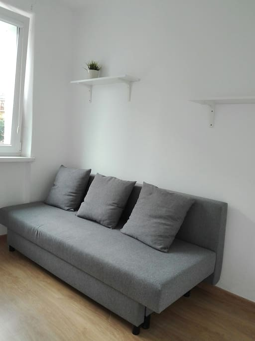 Rozkładana sofa zapewni wygodny nocleg w nocy i komfortowe miejsce do odpoczynku za dnia.