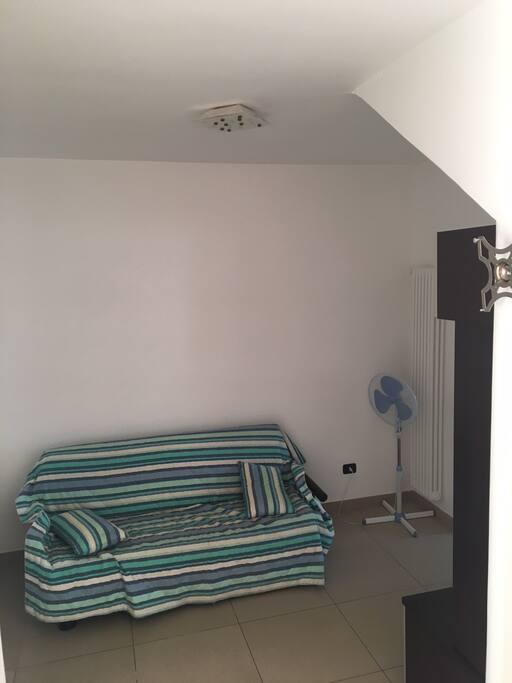 Piccolo salotto, in caso di necessità si può sostituire con un letto ad una piazza
