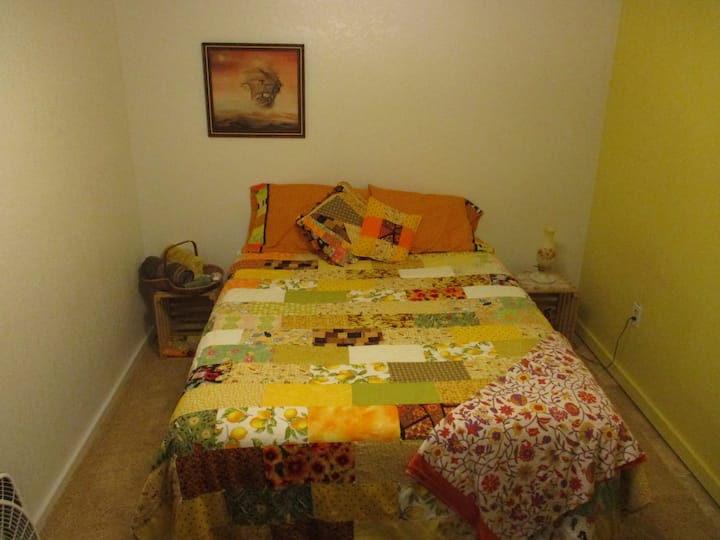 Queen bed in private home near wood and waters