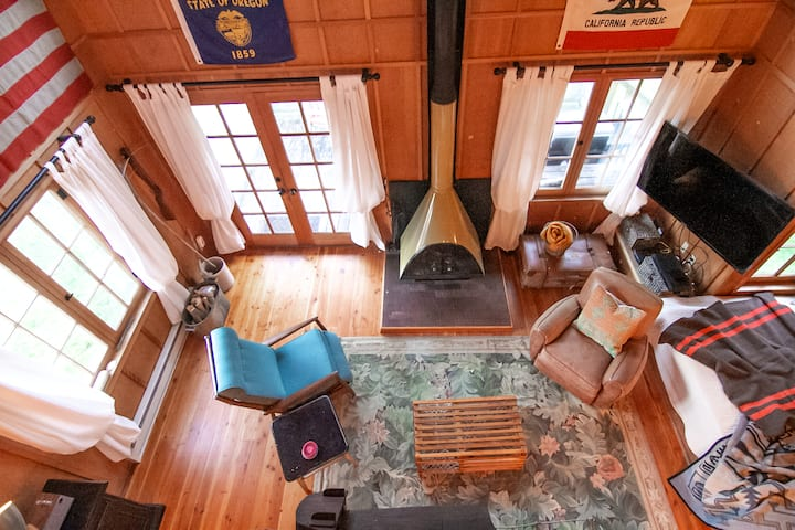 New on Airbnb! Cabin in Yachats! Short walk to rivers' edge! Dog Friendly!