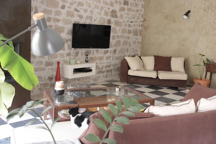 Chambre dans maison de village médiéval, courette