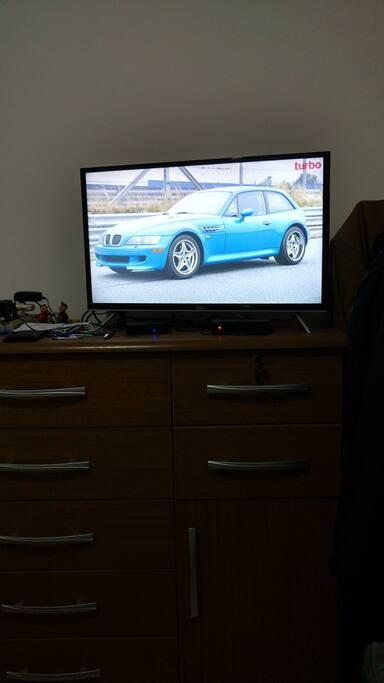 Cômoda com smart TV e claro TV.