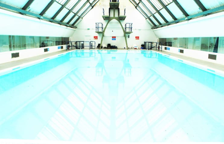 Lovely double with Private Bathroom, Pool & gym! - London  - Pis