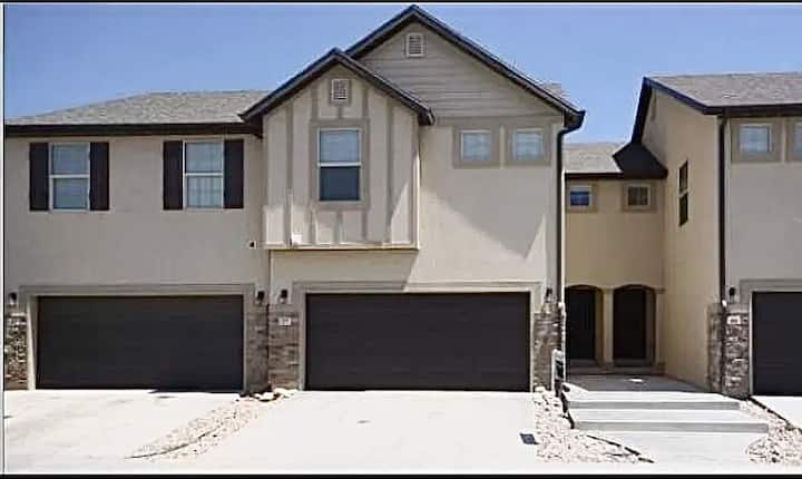Entire Spacious Townhome with small backyard
