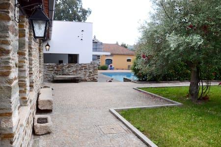 Casa  com cozinha rústica e piscina - 独立屋