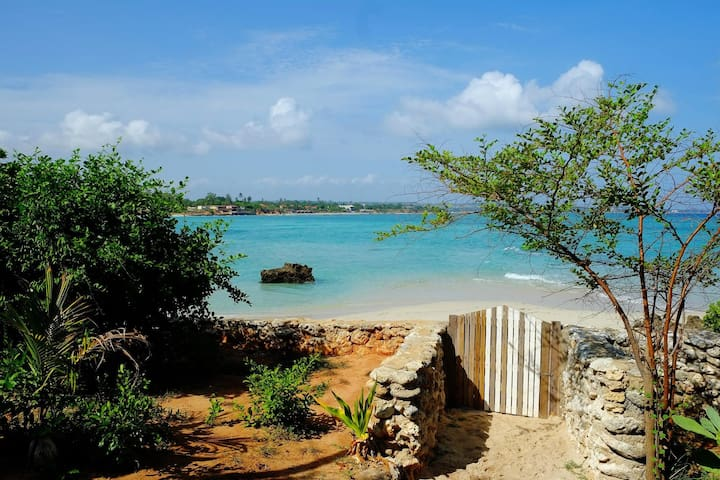 Fully Equipped Beach Front Bungalow (sleeps 3) - Pemba - Bungalow