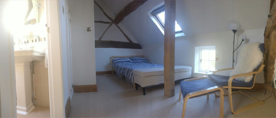 Large characterful room w/en-suite - Shrewley - Huis