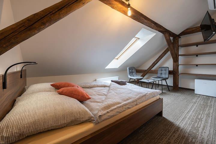 Apartsee Plzeň - 7. Pokoj s manželskou postelí