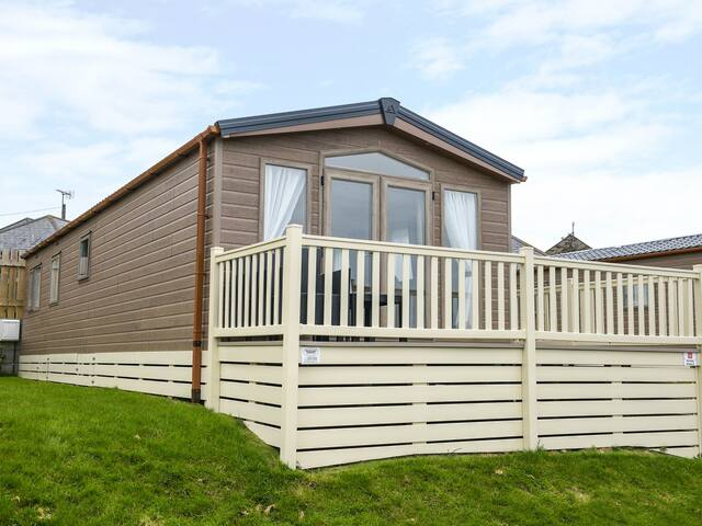 HOLIDAY HOME 2, family friendly, with pool in Looe, Ref 962580