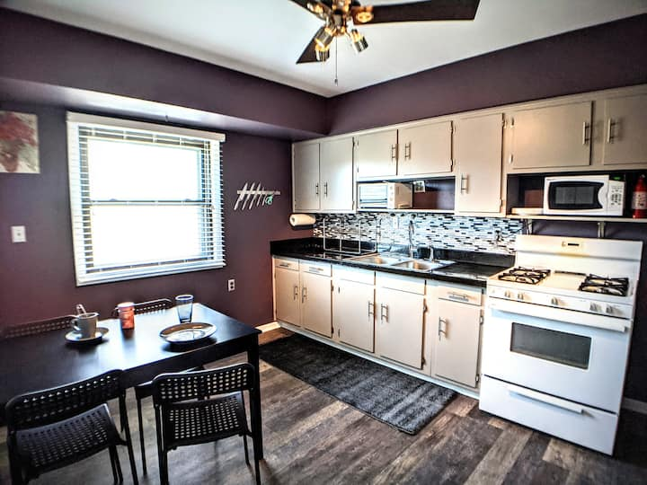 Clean, peaceful 3 BR upper - airport/hospitals