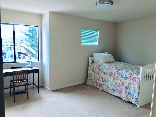Daly City Cozy Room with Parking !