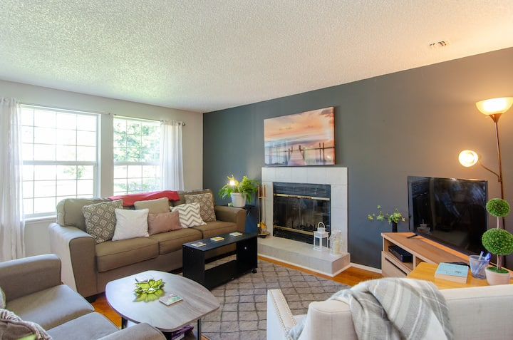 Charming 3BR house w/wood fireplace by Tacoma Dome