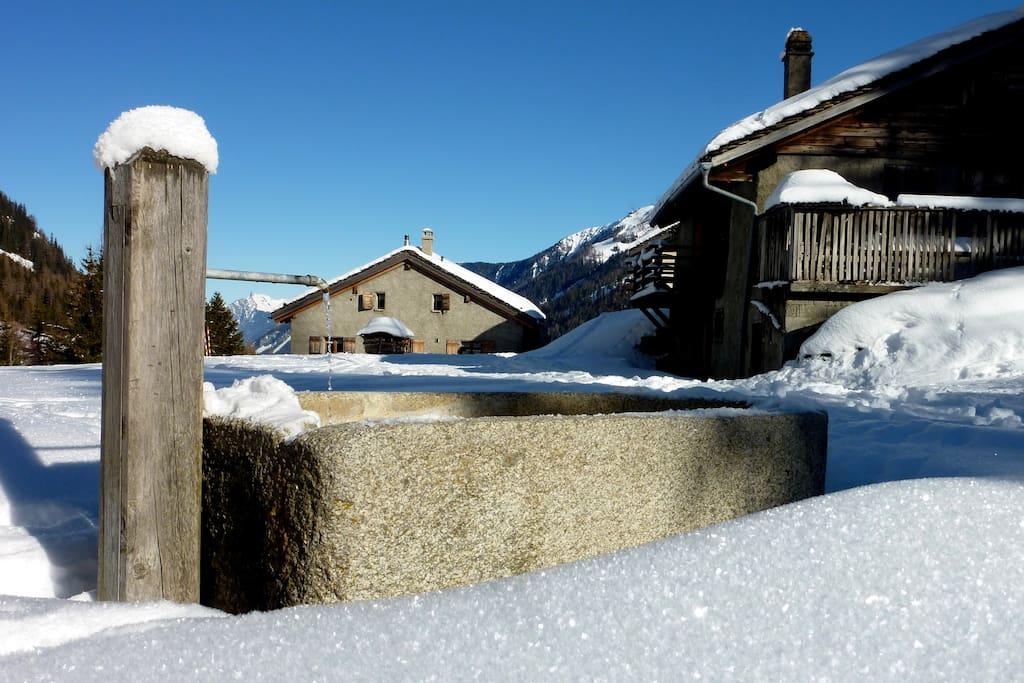 L'accès à pied durant l'hiver confère un calme exceptionnel au hameau de l'Amônaz.