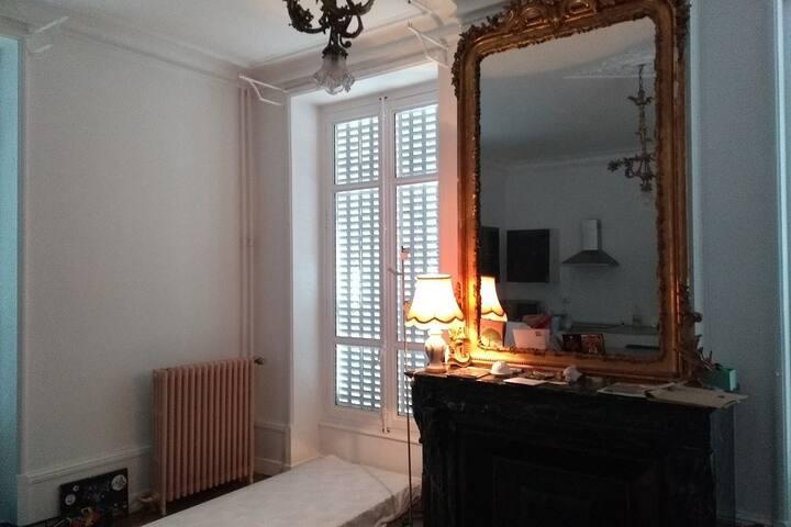 un bon matelat dans le salon (draps propres, etc)