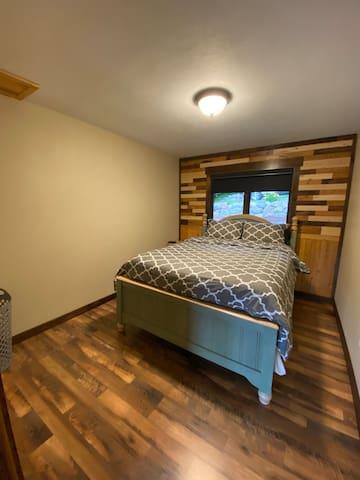 Bedroom #1 / Queen (main)