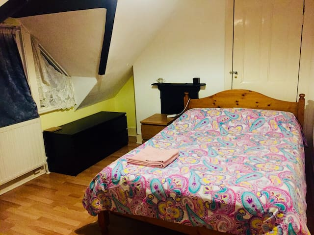 Cosy room, JUST 3 tube stops from Kings Cross!