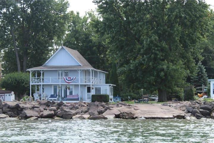 Charming cottage on Lake Ontario
